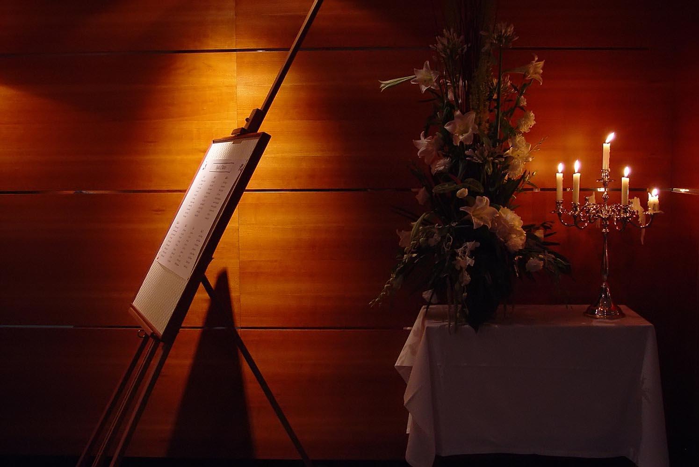 Ambiance du plan de table des maries lors de la reception de mariage