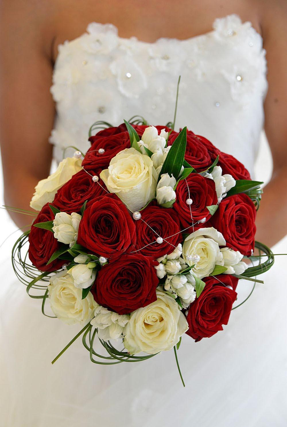 Joli ouquet de mariee, tenue devant lors du mariage