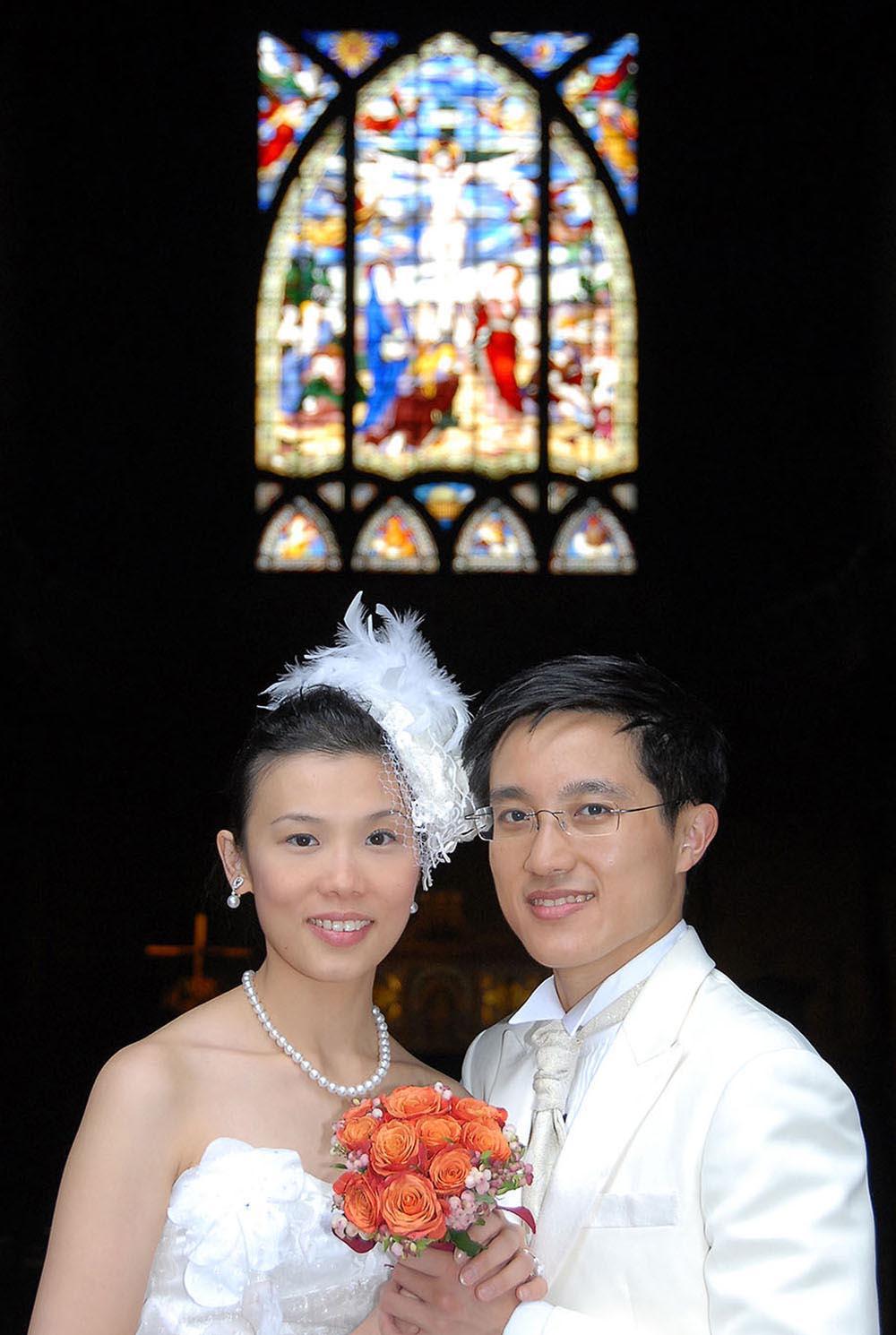 Couple de maries de Hong Kong dans une église, Paris