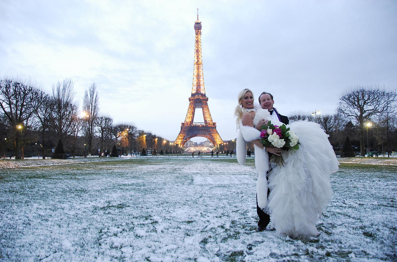 Couple de maries, Champ de Mars sous la neige, Paris