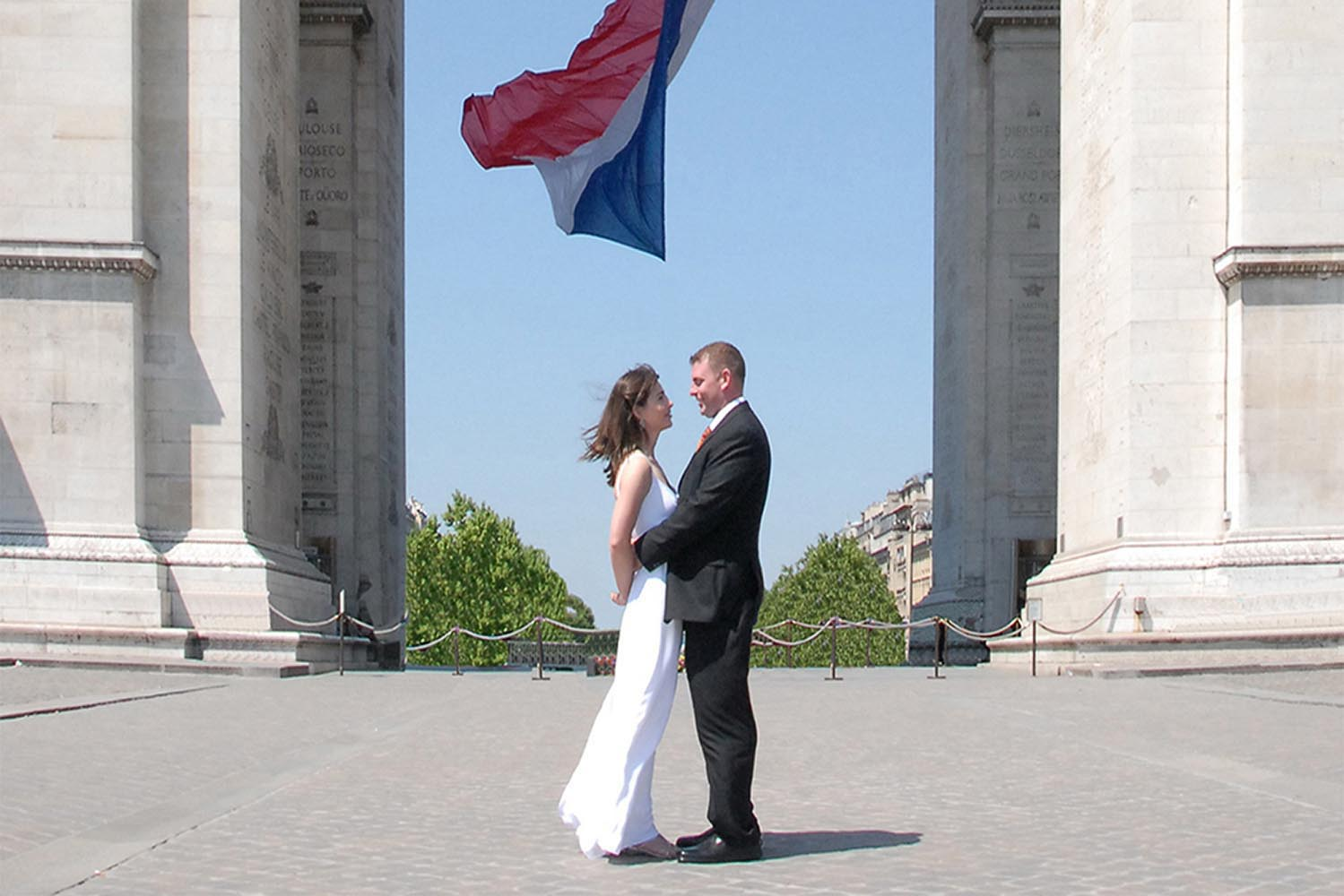 Couple de maries devant l'Arc de Triomphe, Etoile, Paris