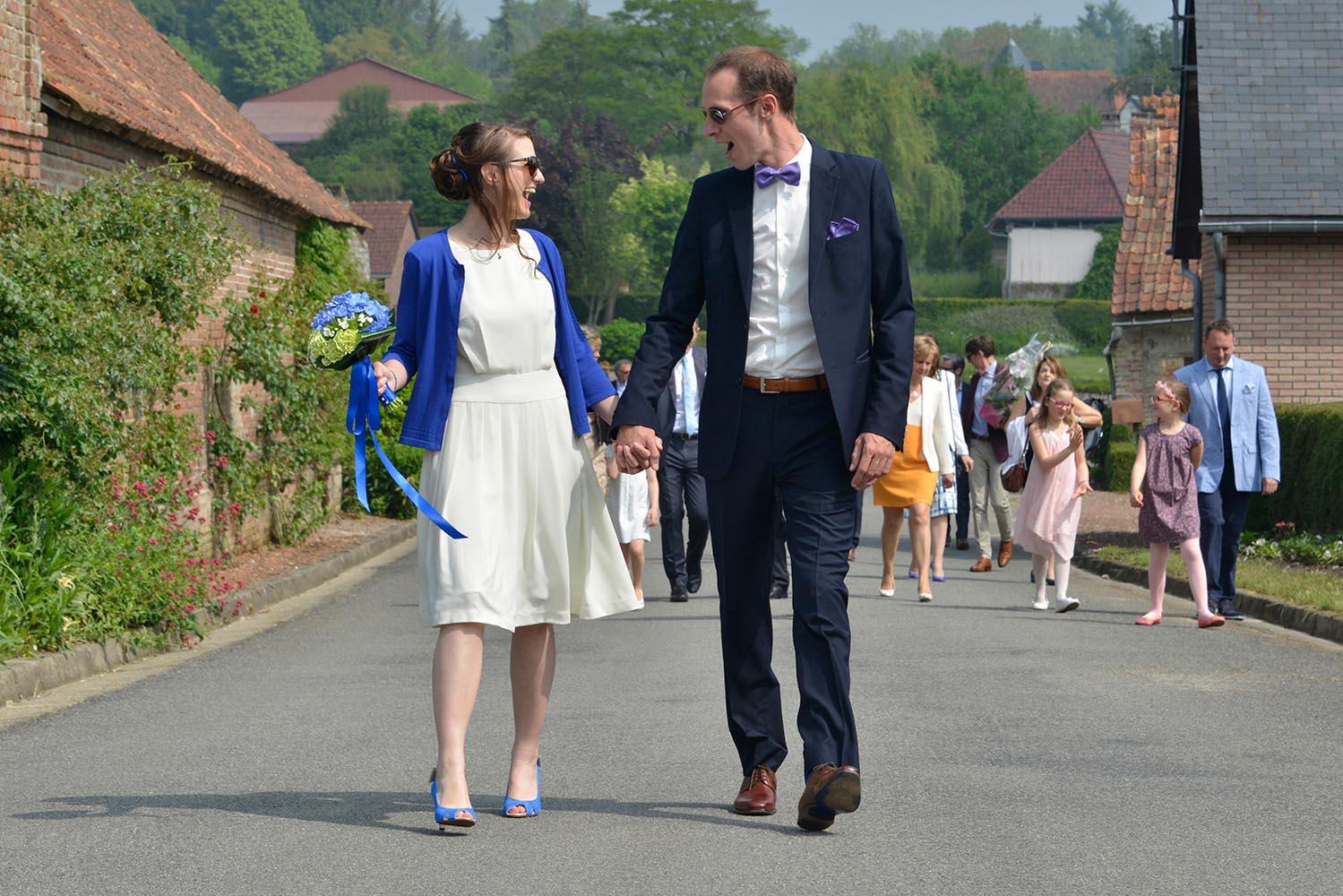 Joyeux couple de maries marchant en banlieue Parisienne