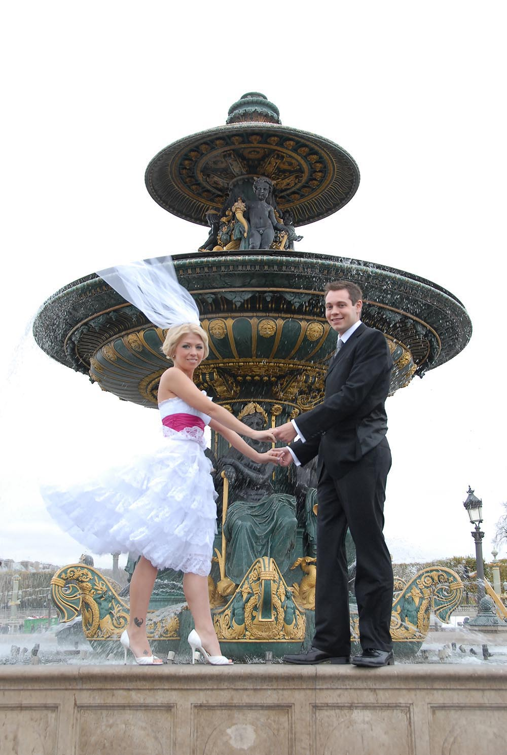 Couple de maries sur la fontaine place de la Concorde, Paris