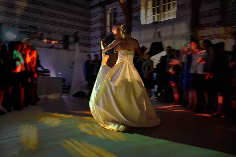 Mariee dansant avec son pere lors de la soiree de mariage