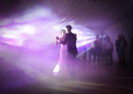 Couple de maries dansant lors de la soiree de mariage au chateau