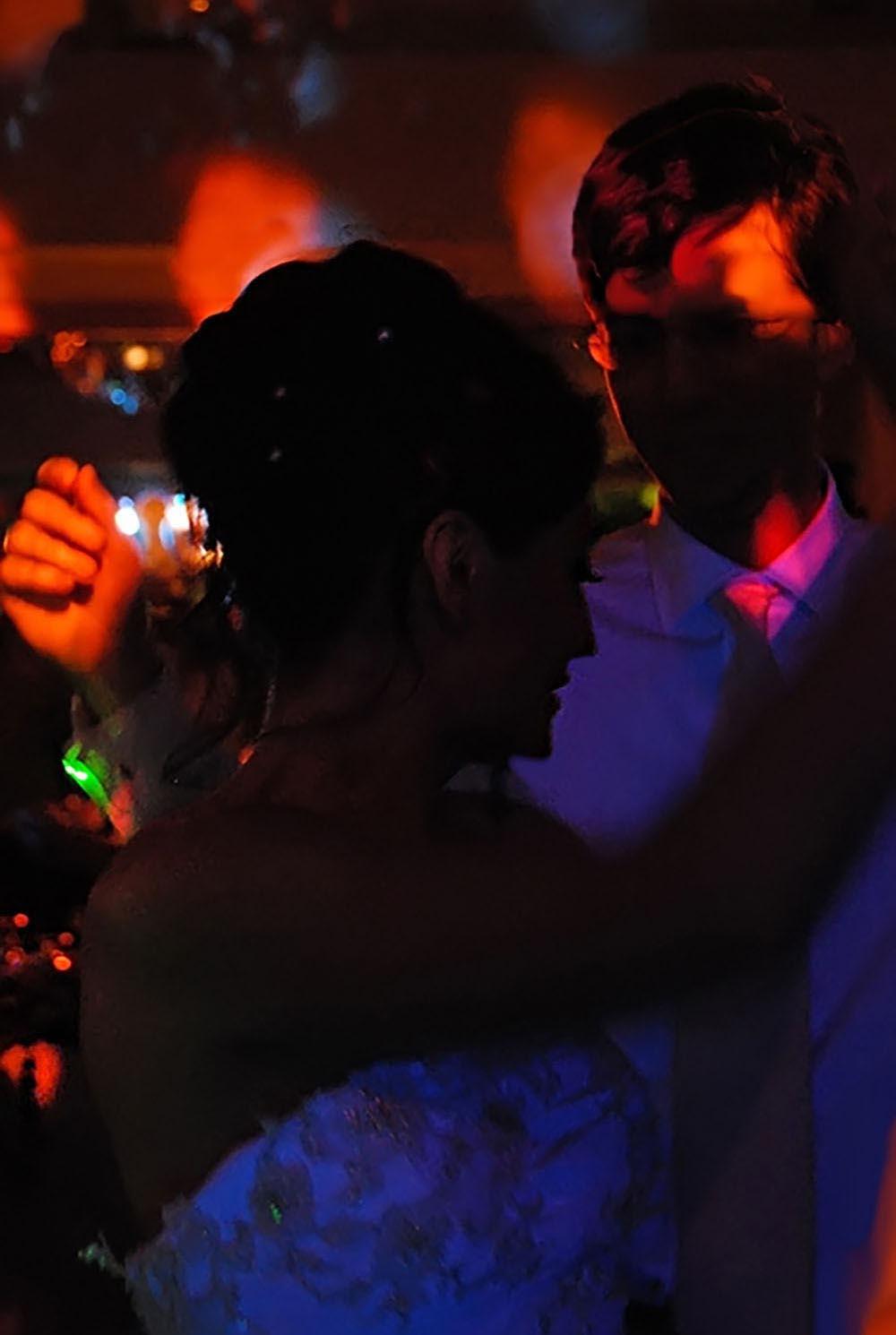 Maries sous lumiere coloree de la soiree dansante du mariage