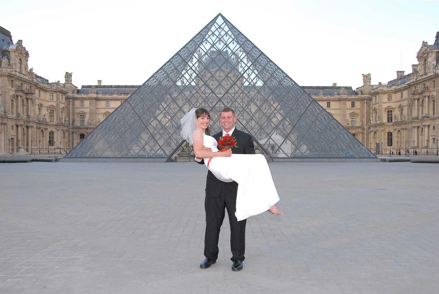Marie tenant la mariee dans ses bras, pyramide du Louvre, Paris
