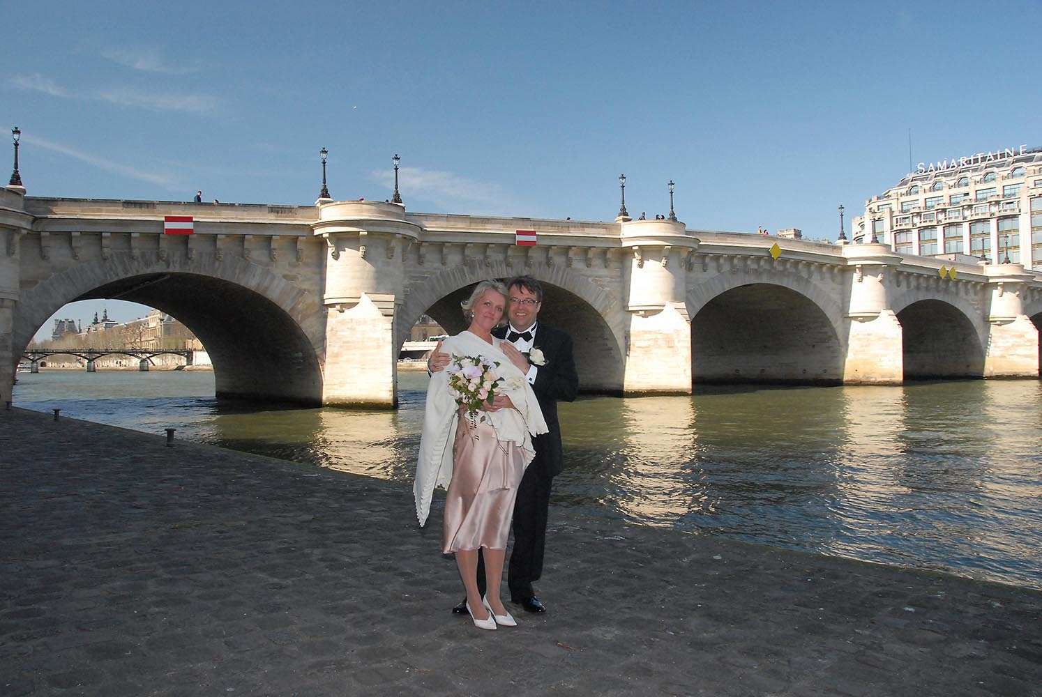 Couple de maries devant le Pont Neuf et la Samaritaine, Paris