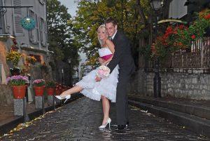 Photo apres retouches d'un couple de maries dans les rues de Montmartre a Paris