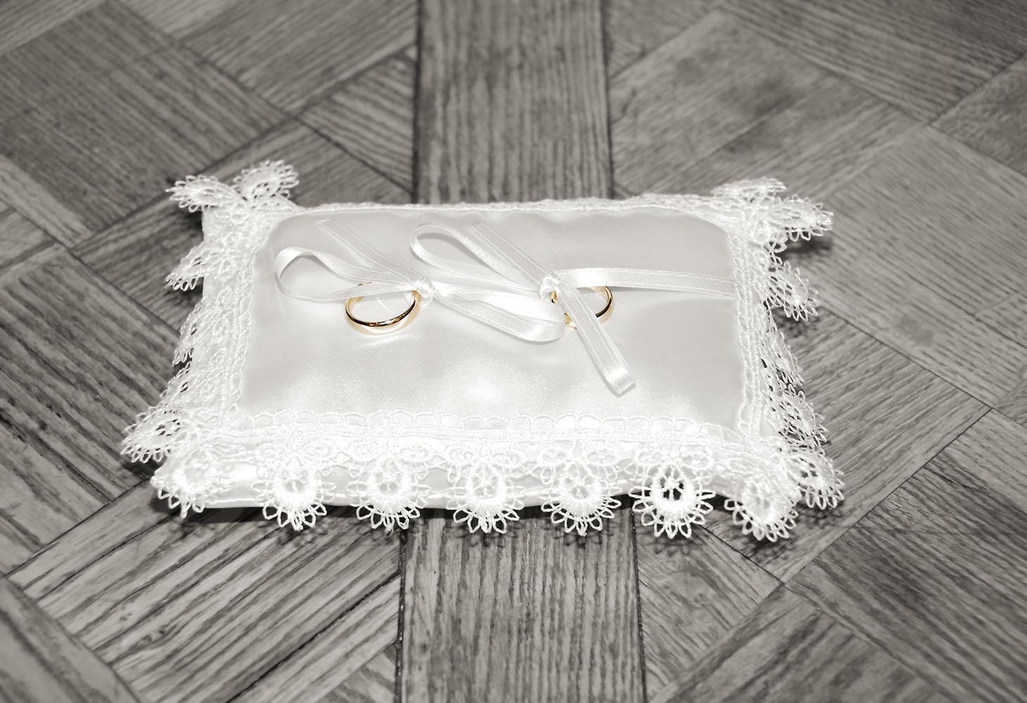 Coussinet dentelle avec bagues de mariage en or
