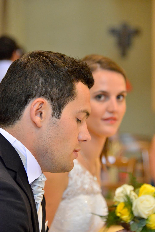 Gros plan de maries lors de la ceremonie de mariage a l'eglise