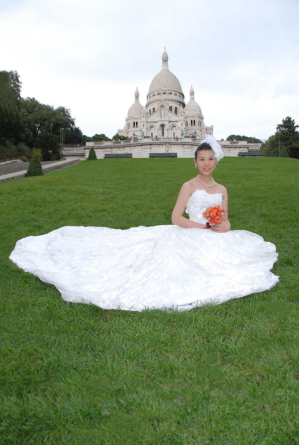 Mariee en robe sur l'herbe du Sacre Coeur, Montmartre, Paris