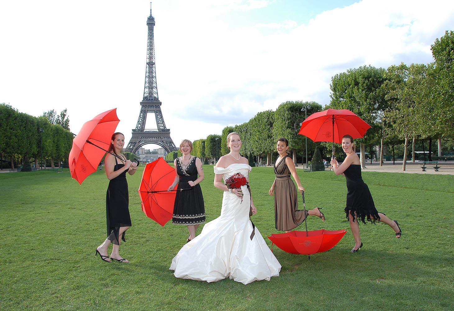 Mariee avec temoins, jardins du Champ de Mars, tour Eiffel, Paris