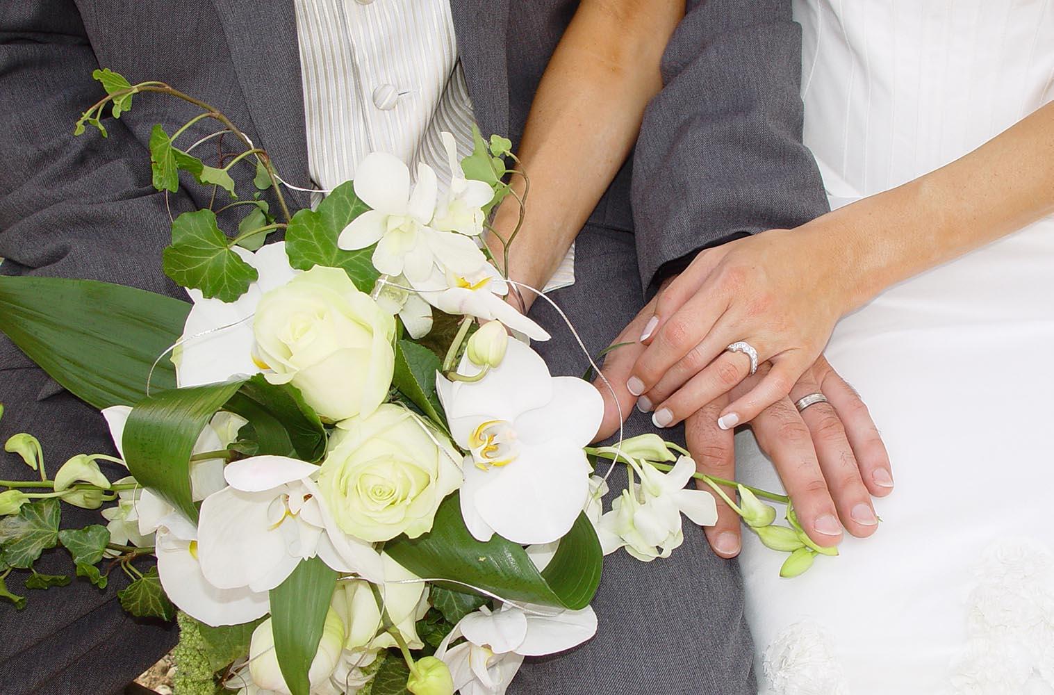 Maries avec bouquet et bagues de mariage, Annecy, France