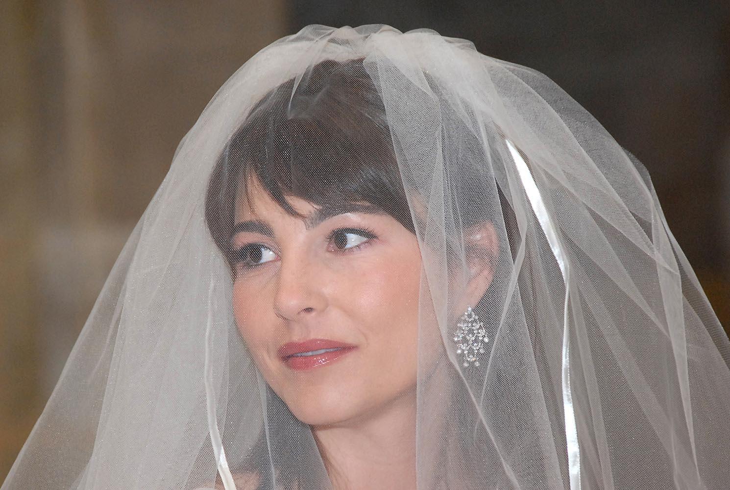 Portrait d'une belle mariee avec voile