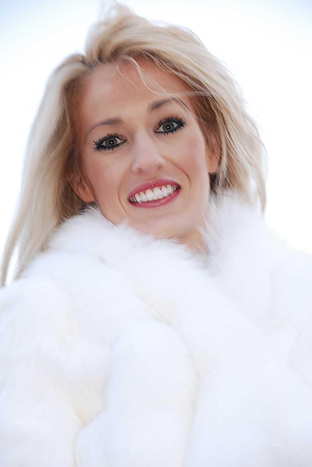 Portrait de la mariee blonde en fourrure blanche