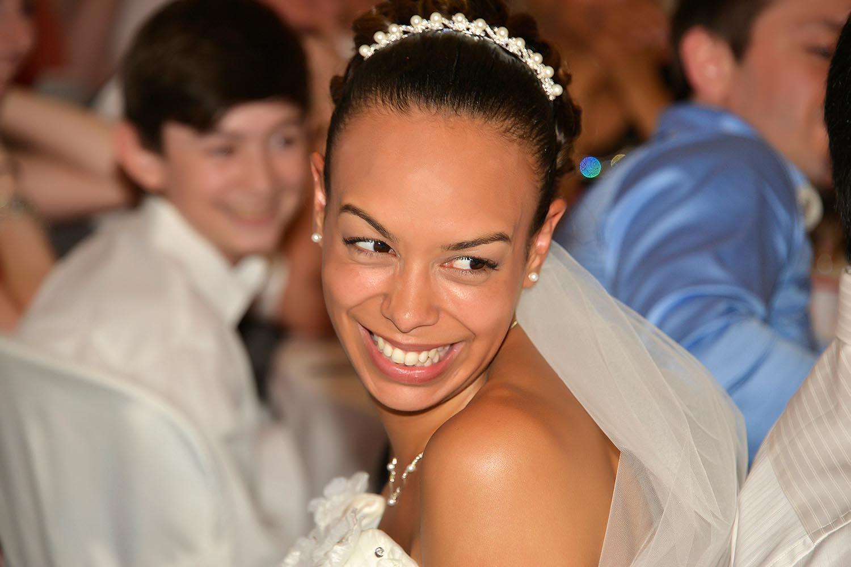 Mariee souriante lors de la reception de mariage