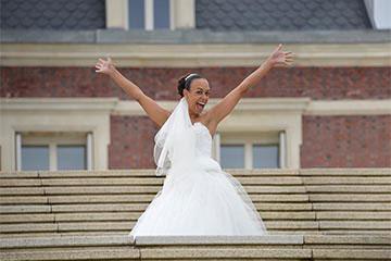 Exemple de joyeuse mariee les mains en l'air apres retouches - Page d'accueil