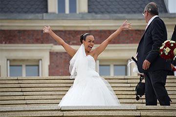 Exemple de joyeuse mariee les mains en l'air avant retouches - Page d'accueil