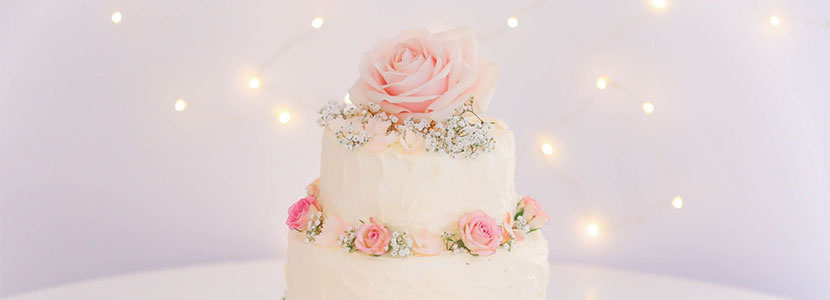 Wedding cake illustrating article on jpeg or raw images