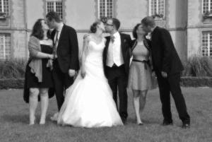 Bises des maries et des invites lors du mariage