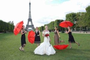 Mariage avec la mariee temoins, ombrelles rouges Champ de Mars, Tour Eiffel, Paris