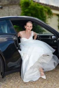 Portrait de la mariee sortant la voiture