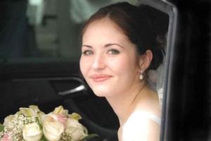 Portrait mariee avec bouquet de mariage dans voiture de prestige